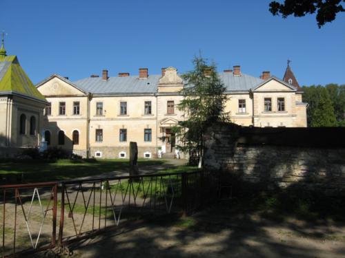 Лаврів: Монастирські приміщення